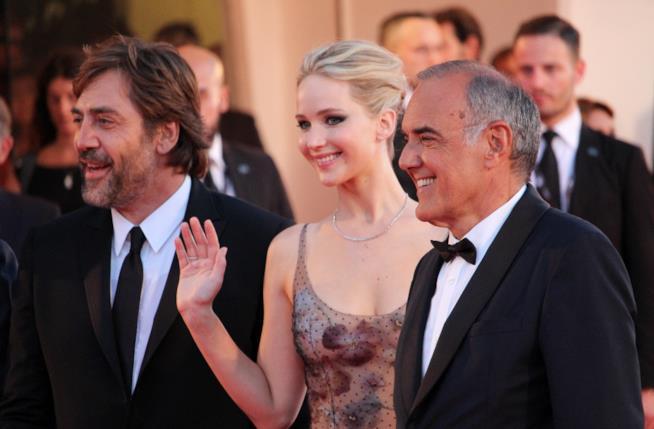 Javier Bardem e Jennifer Lawrence accolti dal direttore Alberto Barbera sul red carpet