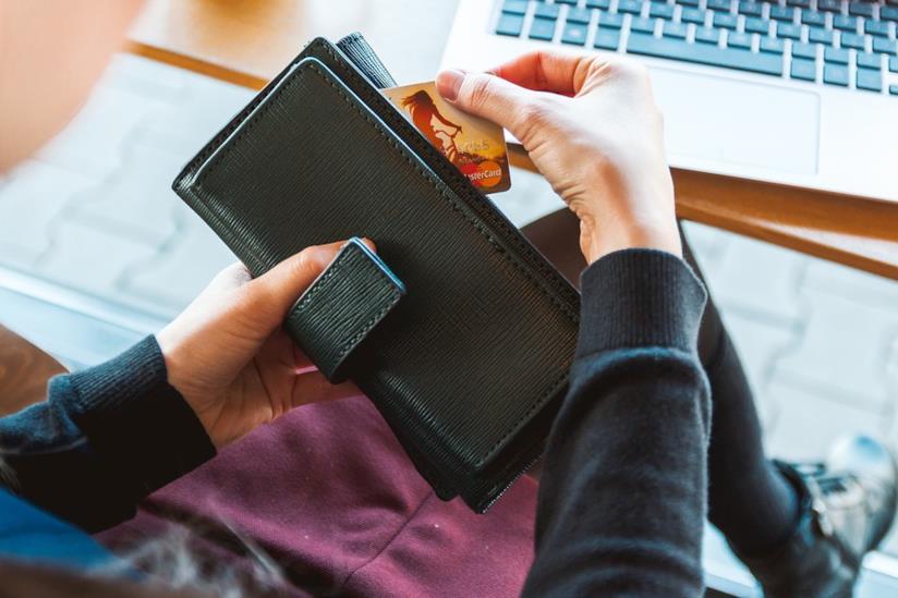 Una donna che effettua acquisti online