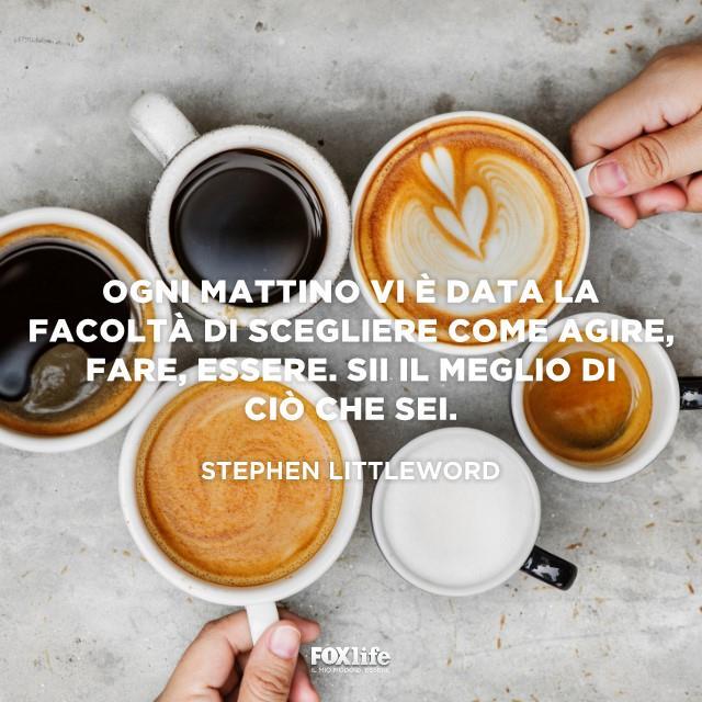 Tazze di cappuccino e caffè su un tavolo