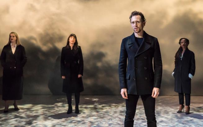 Tom Hiddleston con il resto del cast di Amleto