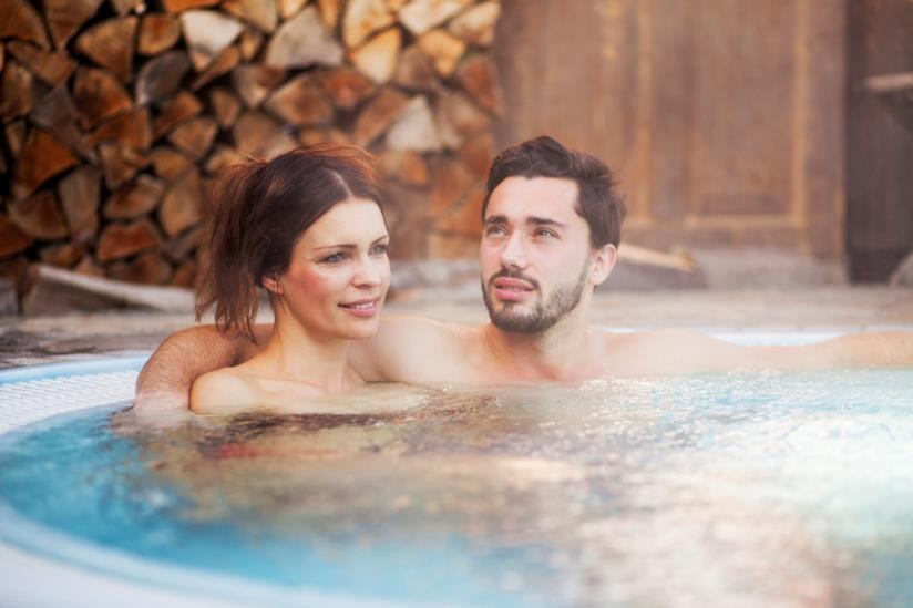 Coppia in una piscina riscaldata