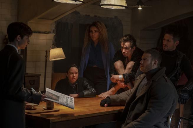 Una scena di The Umbrella Academy con Ellen Page, Robert Sheehan e Tom Hopper