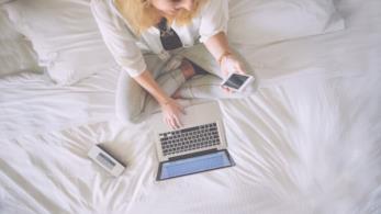 Ragazza allo smartphone e al laptop