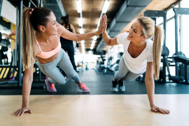 Due ragazze si allenano praticando la plank