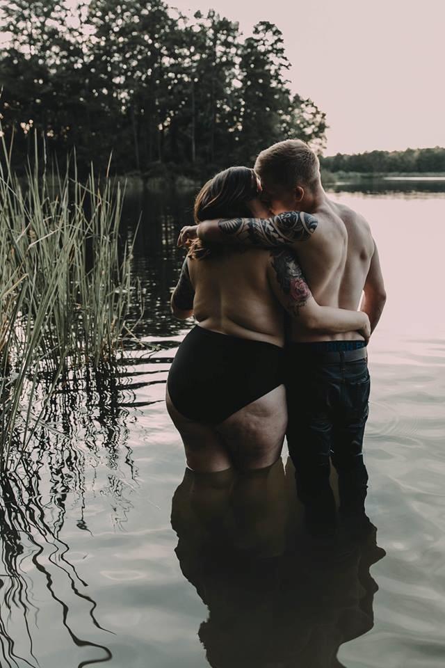 Si abbracciano e baciano mostrando le schiene