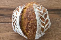 Pane alla curcuma con semi di girasole e lievito madre