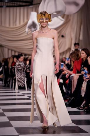 Abito bianco con brandelli nella parte inferiore alla Dior Haute Couture 2018