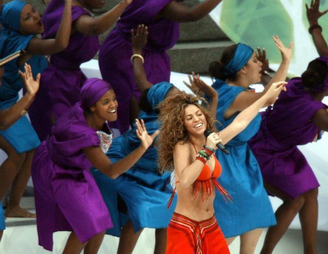 Shakira si esibisce prima della finale dei Mondiali di Calcio del 2006