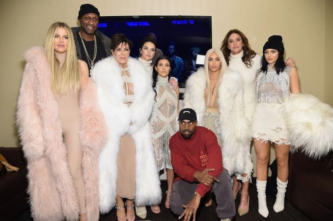 Una foto di Kendall Jenner con le sorelle, la madre Kris Jenner e Kanye West