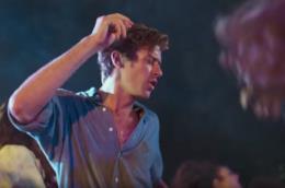 Armie Hammer balla in una scena di Chiamami col tuo nome