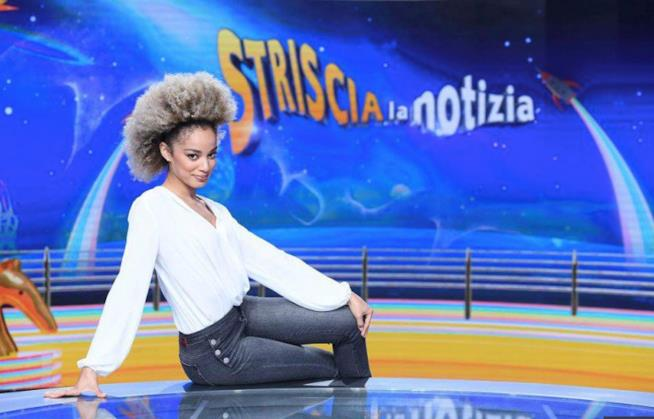 Mikaela Silva sul bancone di Striscia