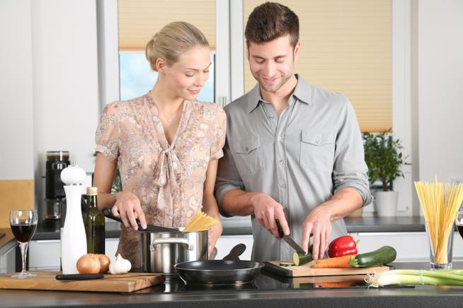 Coppia che cucina