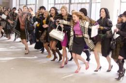 Isla Fisher in una scena di I Love Shopping