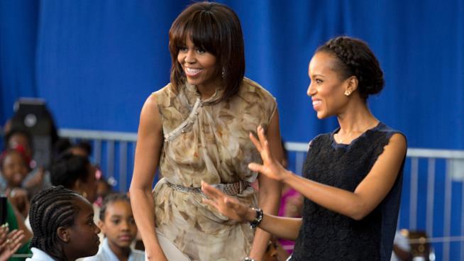 Michelle Obama e Kerry Washington sorridono agli studenti della Savoy Elementary School nel 2013
