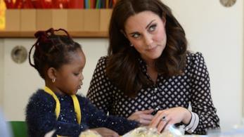 Kate Middleton in visita ad una scuola