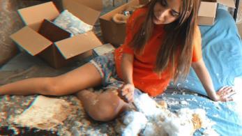 Federica Abbate, su un letto, con un orso di peluche sventrato tra gli scatoloni