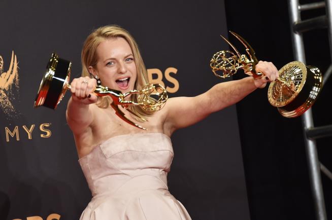 Elisabeth Moss mostra orgogliosa i due Emmy Awards vinti per The Handmaid's Tale