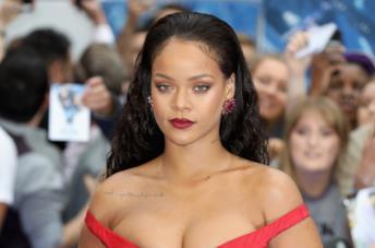 Rihanna in rosso alla prima di Valerian
