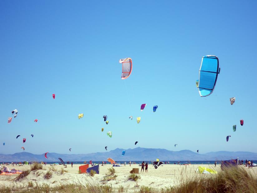 Kitesurf sulla spiaggia di Tarifa in Spagna.