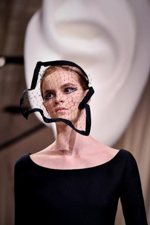 La veletta a rete Dior nella sfilata Haute Couture