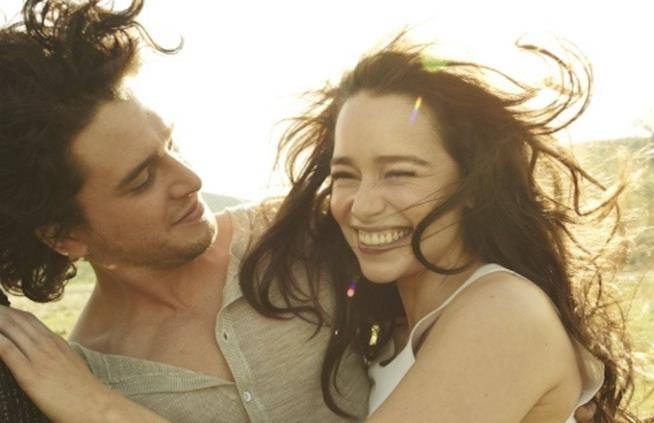 Emilia Clarke super sorridente tra le braccia di Kit Harington