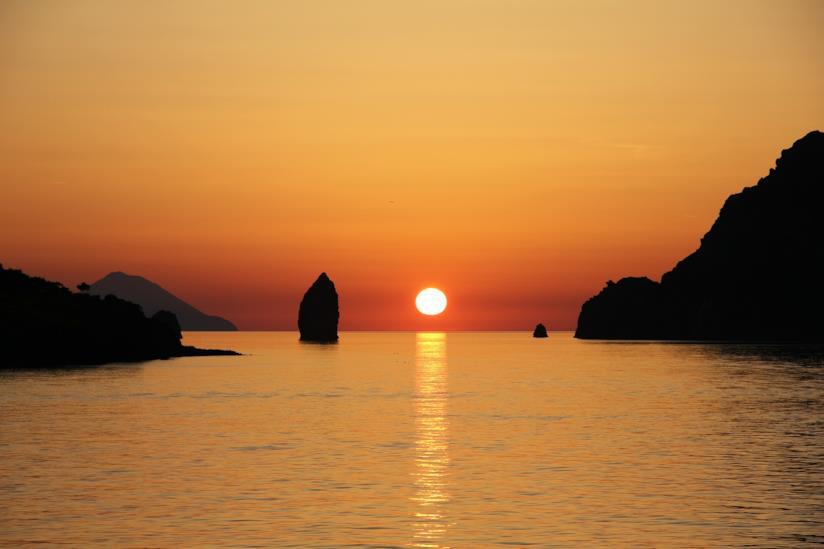 Il sole tramonta tra le isole