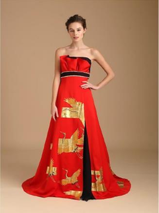Un abito da sposa proveniente da un kimono tagliato a impero di colore rosso e nero