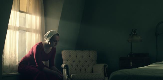 Elizabeth Moss in una scena di The Handmaid's Tale