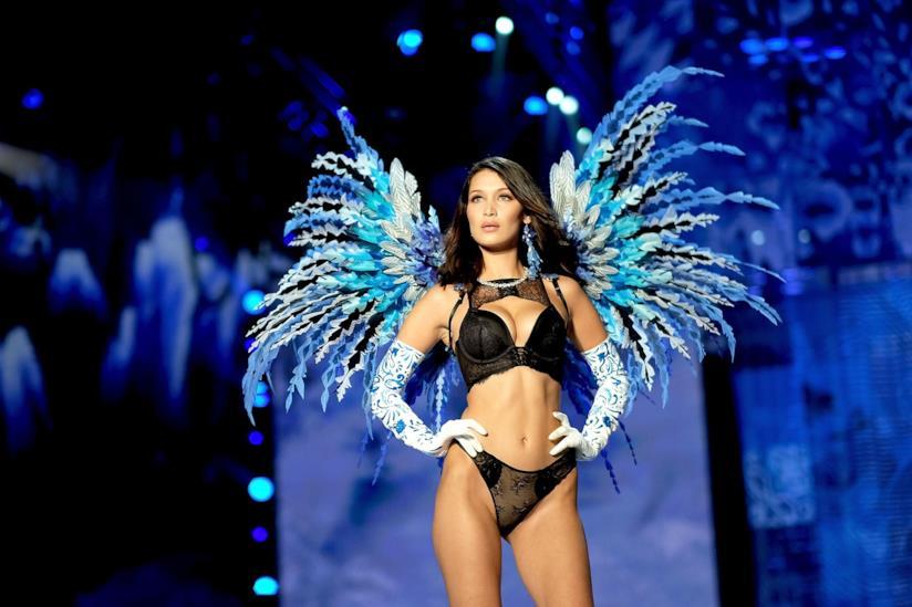 Bella Hadid sulla passerella di Victoria's Secret