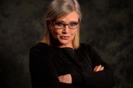 L'attrice Carrie Fisher a braccia conserte