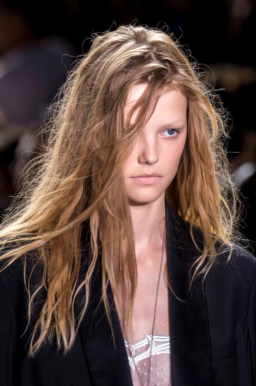 Ragazza con capelli scalati effetto spettinato