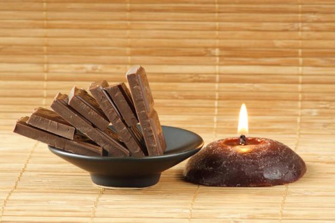 Cioccolato e candela al cacao