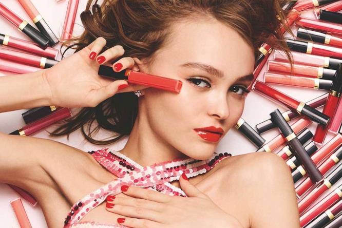 Lily-Rose Depp in uno scatto della nuova campagna di Chanel