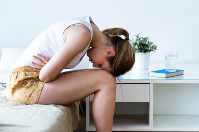 Una donna piegata sulle ginocchia.