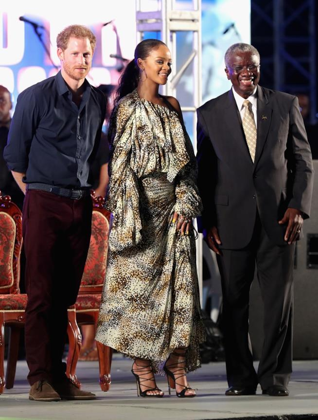 Rihanna indossa sandali alla schiava neri con tacco 12