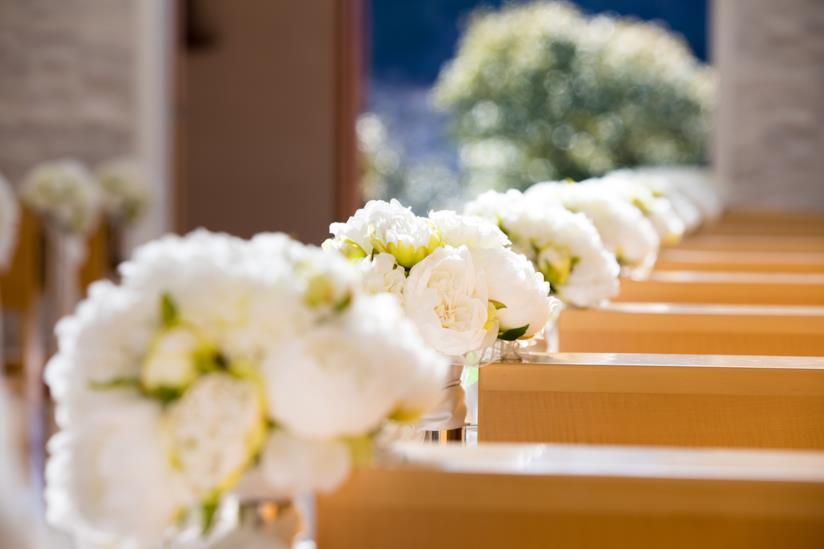 Panche della chiesa decorate per matrimonio