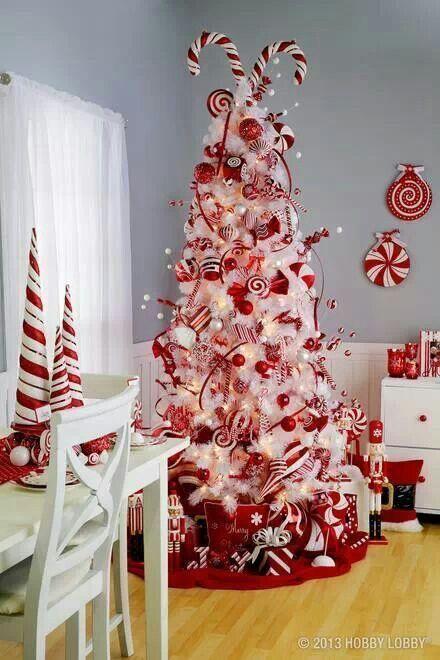 Albero natalizio bianco e rosso