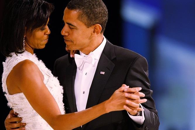 Barack e Michelle Obama mentre ballano