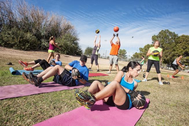 Atleti si allenano in un parco