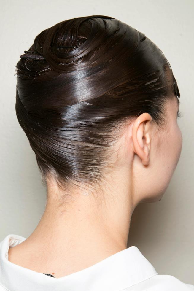 Ragazza con capelli raccolti effetto bagnato
