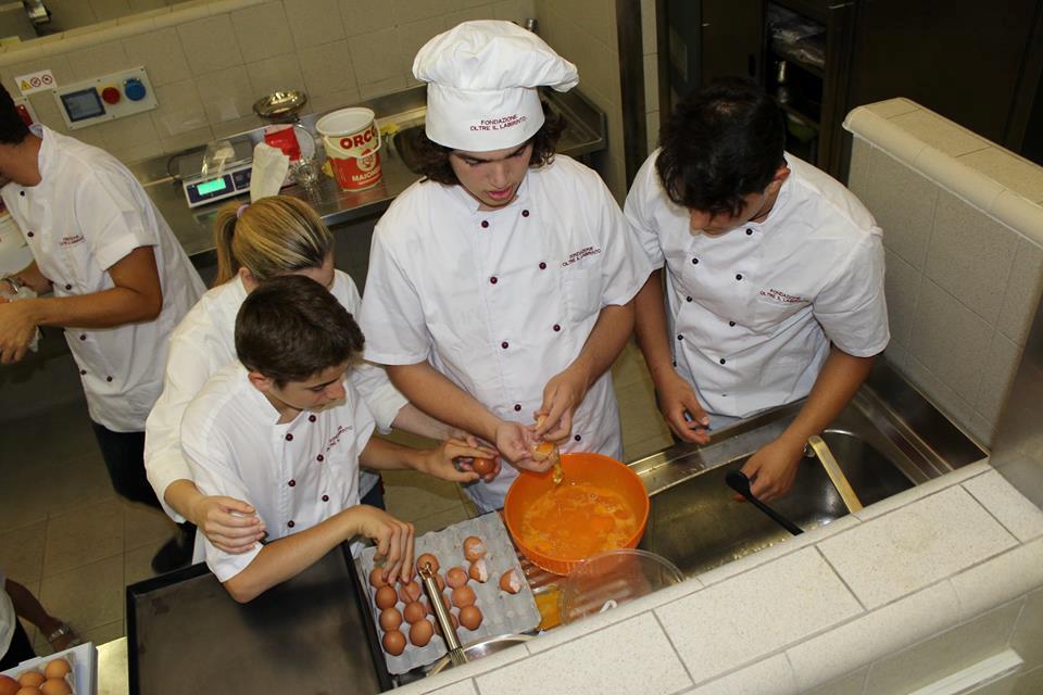Ragazzi con autismo preparano biscotti zaletti
