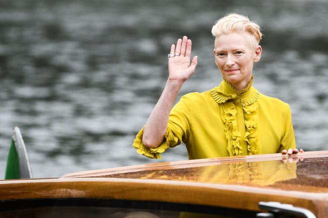 L'arrivo di Tilda Swinton a Venezia