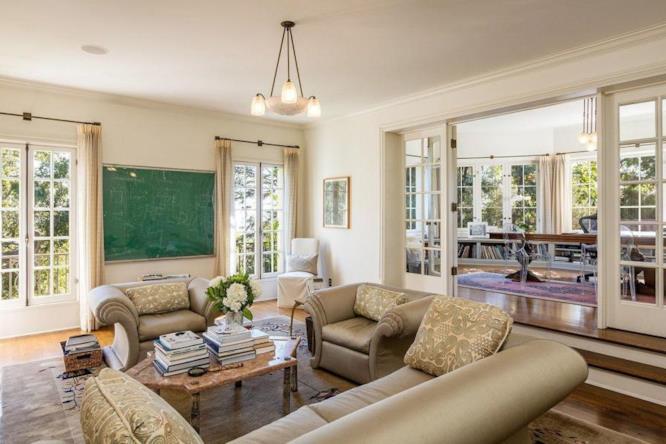 Due grandi divani nel salone di Angelina Jolie