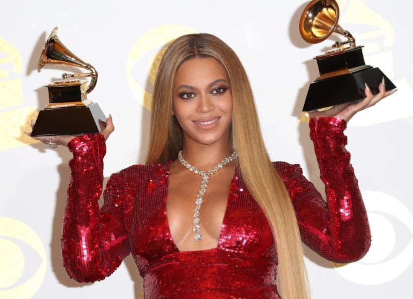 Beyoncé con capelli biondi lisci