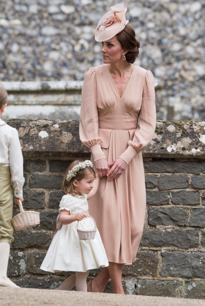 Un abito rosa a maniche lunghe molto chic