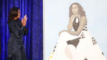 Michelle Obama con il suo ritratto
