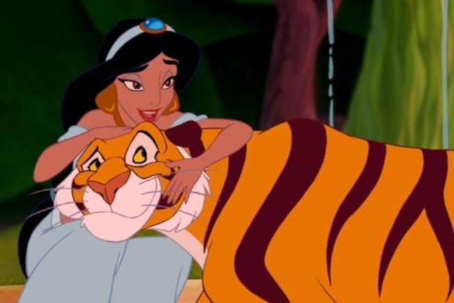 Jasmine e Rajah si abbracciano