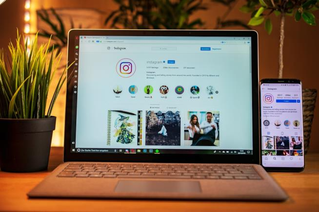Un cellulare e un pc con Instagram.