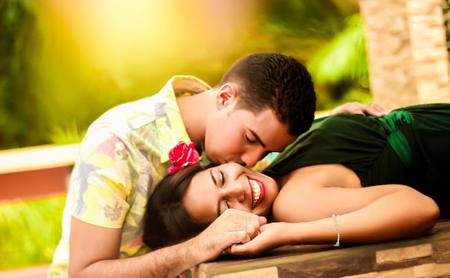 Ragazzo bacia sulla guancia una ragazza