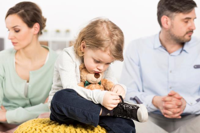 Una famiglia separata con il figlio triste